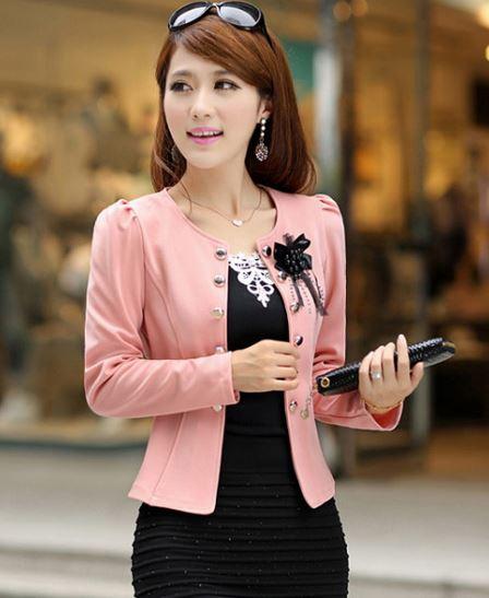 เสื้อสูทผู้หญิง แขนยาว เสื้อสูท สำเร็จรูป สีชมพูอ่อน หวาน ๆ แต่งกระดุม เรียง สีทอง ติดดอกไม้ ที่อกเสื้อ สีดำ เสื้อคลุม ใส่ทับ ชุดแซก ทำงาน ออกงาน 802895_2