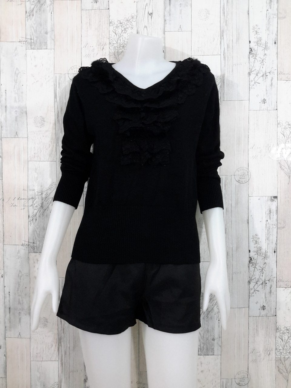 Blouse3524 2nd hand clothes เสื้อไหมพรมเนื้อแน่นผ้านุ่ม(เนื้อหนามีน้ำหนัก) แขนยาว คอวี สีพื้นดำ อกแต่งระบายลูกไม้
