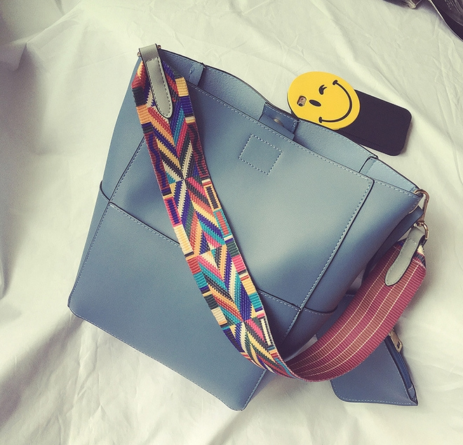[ พร้อมส่ง ] - กระเป๋าสะพายไหล่แฟชั่น สีฟ้า ทรงถัง + กระเป๋าใบเล็ก 1 ใบ ดีไซน์สวยเรียบหรู ดูดี งานหนังคุณภาพดี พร้อมสายสะพายสุดเก๋