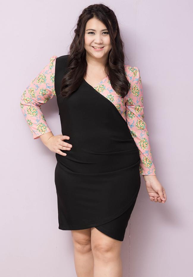 ชุดเดรสไซส์ใหญ่แขนยาวผ้าโพลีเอสเตอร์สีดำตัดต่อผ้าชีฟองสีชมพูพิมพ์ลายดอกไม้ช่วงแขน