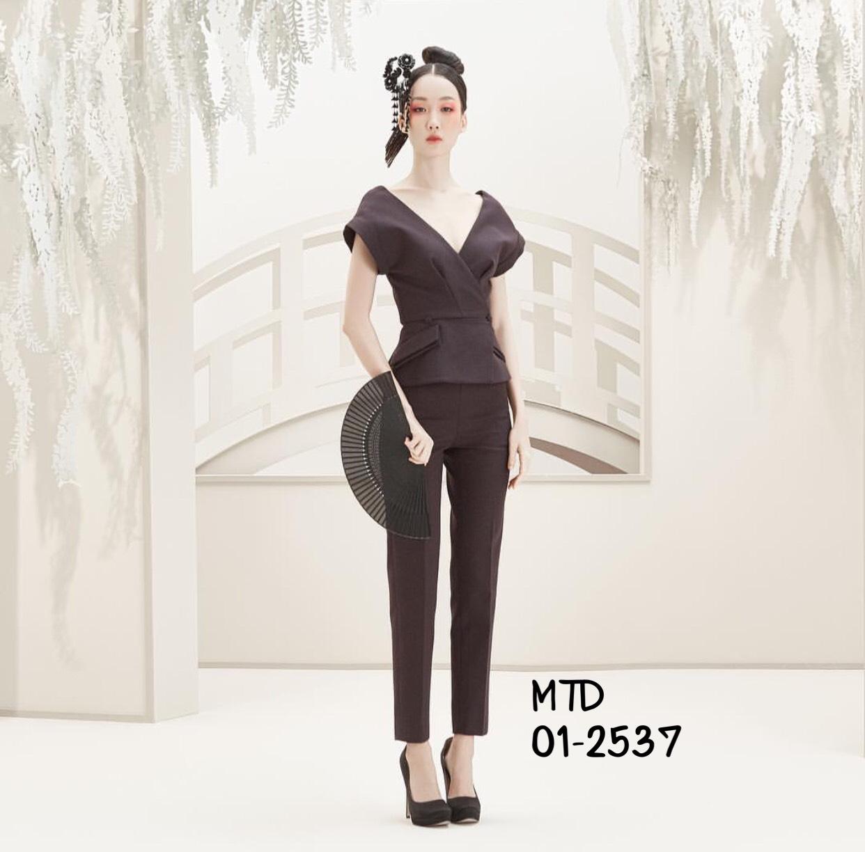 เซตเสื้อแขนสั้นคอวีกว้านลึก ออกแบบเป็นกึ่งเสื้อ