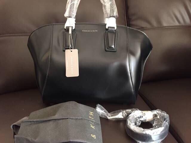 กระเป๋าแถือหรือสะพายCharles keith รุ่น CK2-50780027 มีสายยาว ของแท้ 100% สินค้าพร้อมถุงผ้าป้าย ชนช้อปอยู่ตอนนี้คะ ตามลิงค์ ดีไซส์เก๋ กระเป๋าเป็นทรง จุของได้เยอะ สี : ดำ Size : กว้างด้านล่าง29cm กว้างส่วนที่ยื่นออกมา38 cm x สูง25.5 cm x หนา 13 cm
