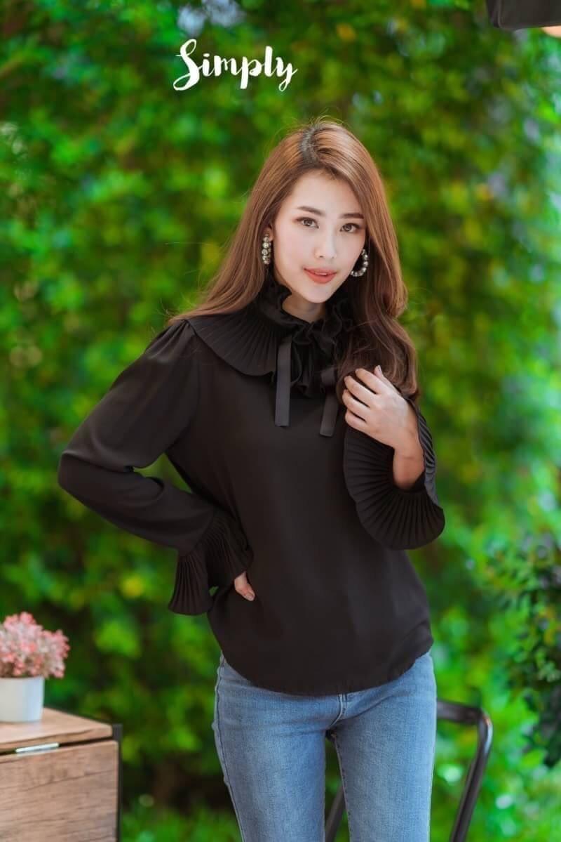 เสื้อผ้าเกาหลีพร้อมส่ง เสื้อคอระบายพลีทโบดำ