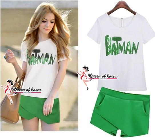 ( พร้อมส่ง) ชุดเซ๊ตเสื้อกับกางเกงขาสั้นแพทเทิร์นแบรนเนม เสื้อยืดแขนสั้นสีขาวพิมพ์ลาย BATMAN สุดเก๋ปักด้วยหมุดสีเขียวสะท้อนแสงสลับกับหมุดสีขาว งานตัวนี้ประณีตมากๆค่ะ จับคู่กับกางเกงขาสั้นสีเขียวที่ออกแบบพิเศษเป็นทรงไขว้