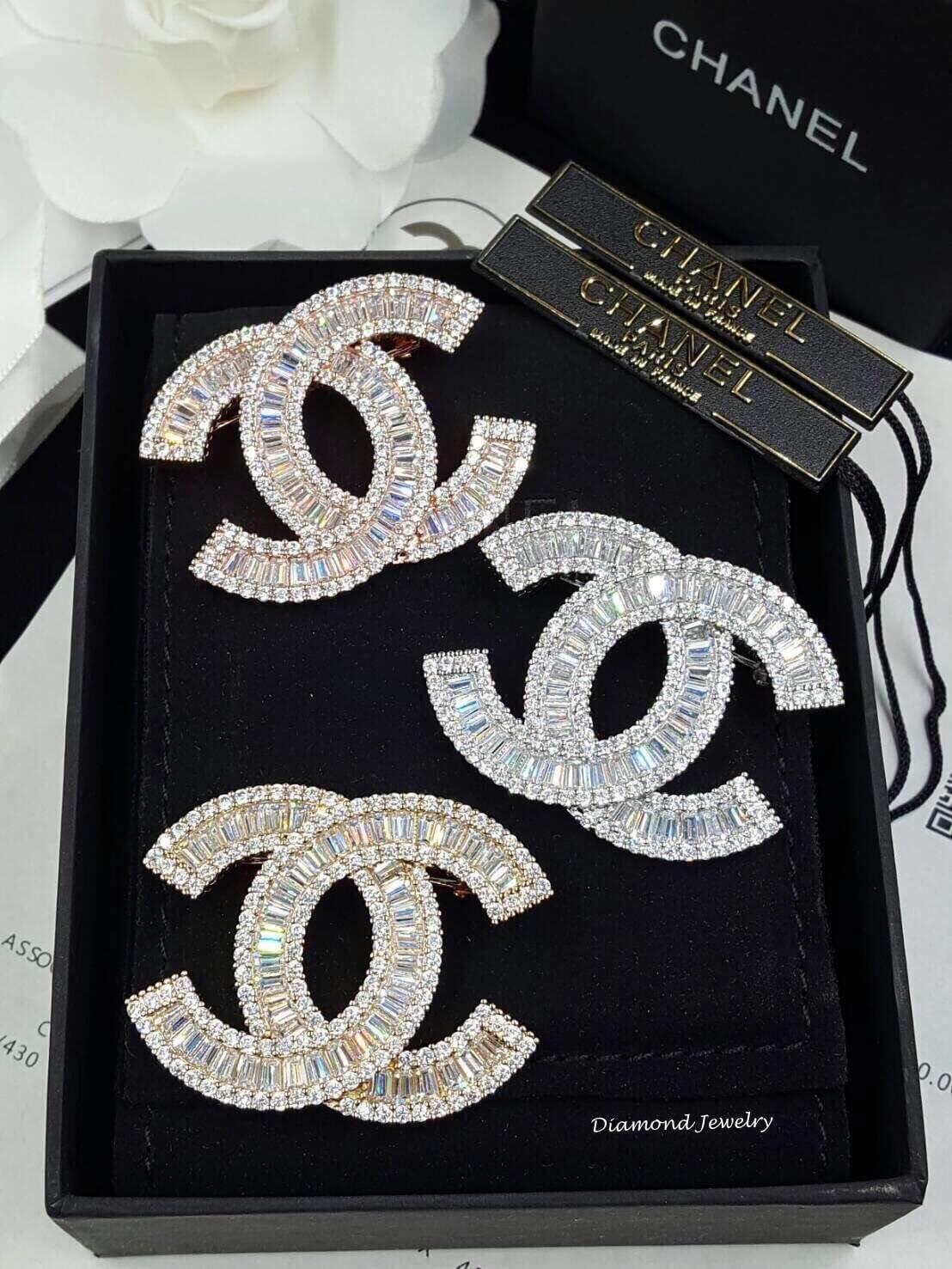 พร้อมส่ง Chanel Brooch ตัวนี้ค่ะ รุ่นนี้ใช้เพชร CZ แท้เกรดดีที่สุด