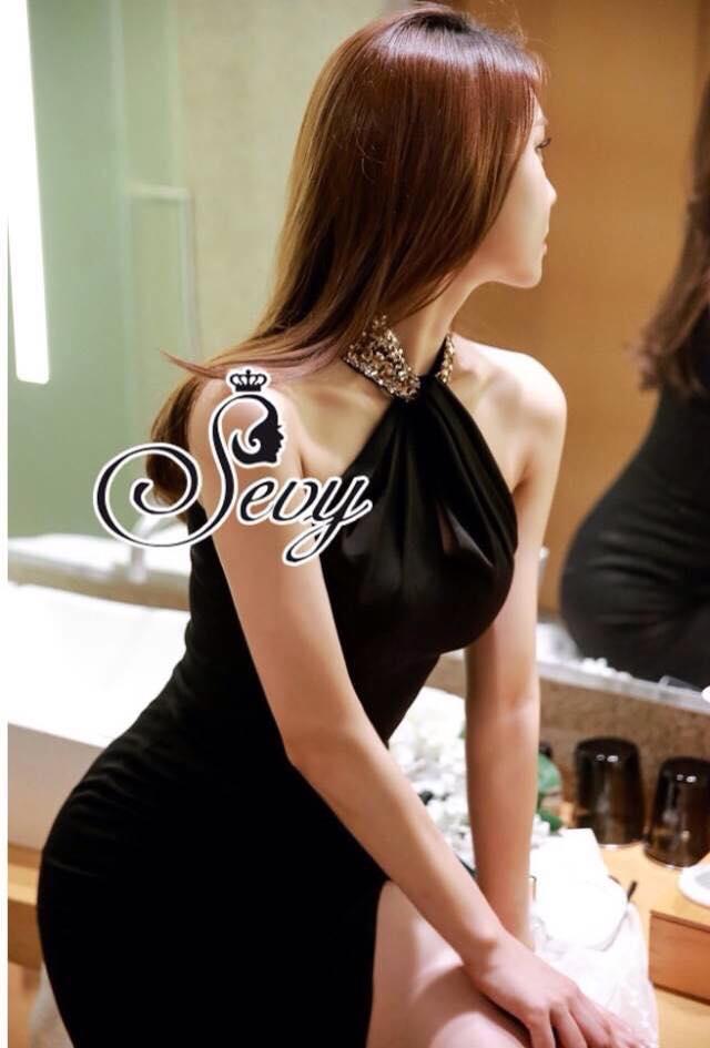 เสื้อผ้าแฟชั่น พร้อมส่ง Maxi สีดำเรียบหรู ออกแนว Sexyดีเทลผ่าหน้าโชว์เรียว