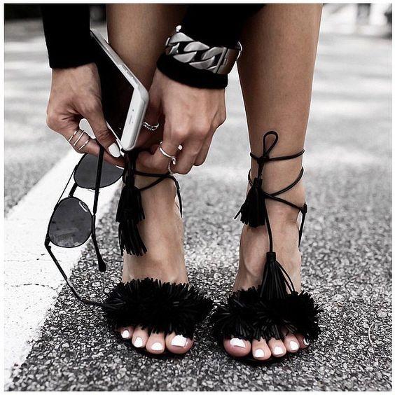 รองเท้าส้นแบนที่มีความชิค แซ่บสีดำ