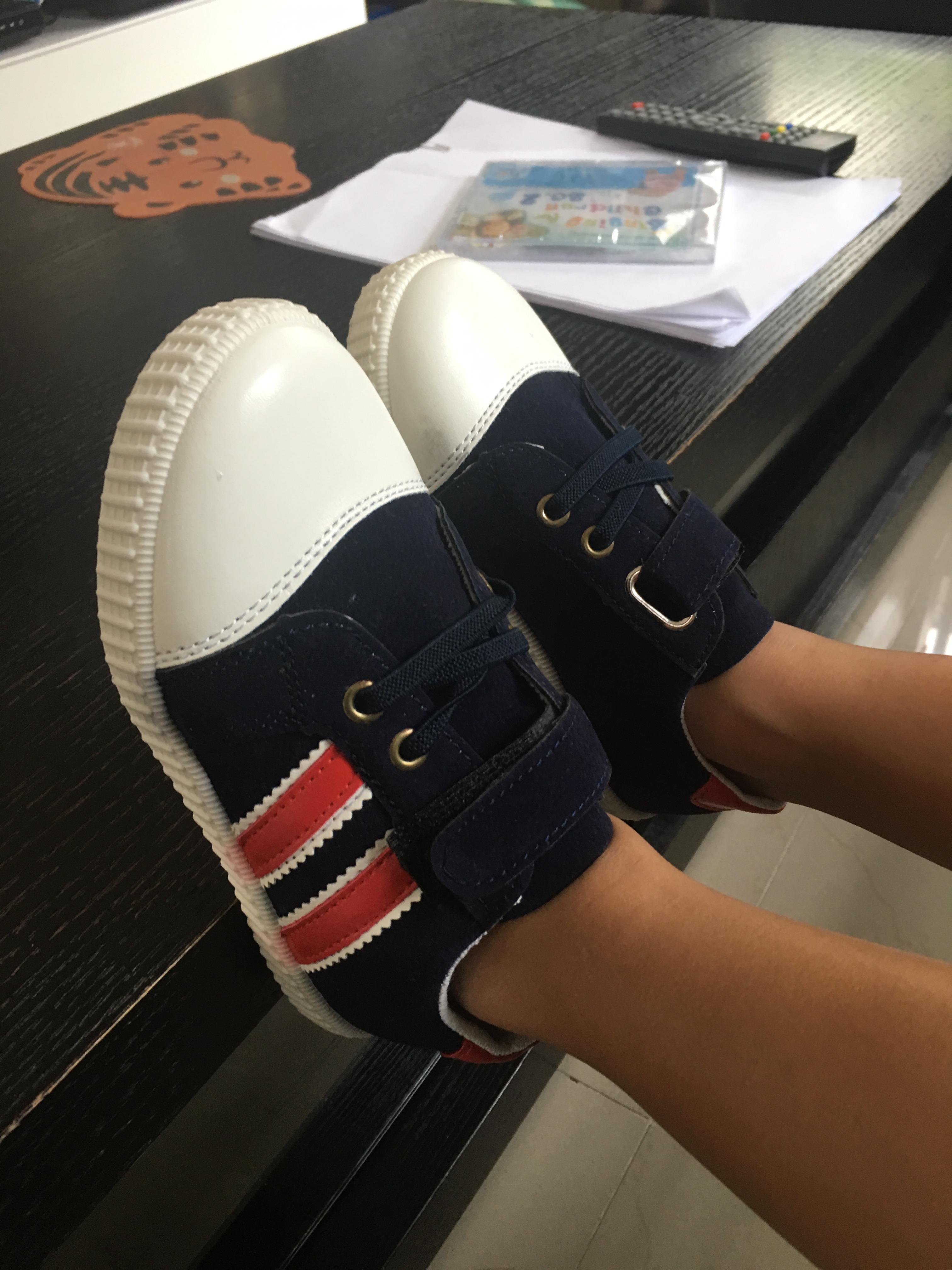 **รองเท้าสีน้ำเข้มลายตัดแดง | ยีนต์เข้ม | Size=27-30 (4pair/pack) ราคาเฉลี่ย 180 บาทต่อคู่