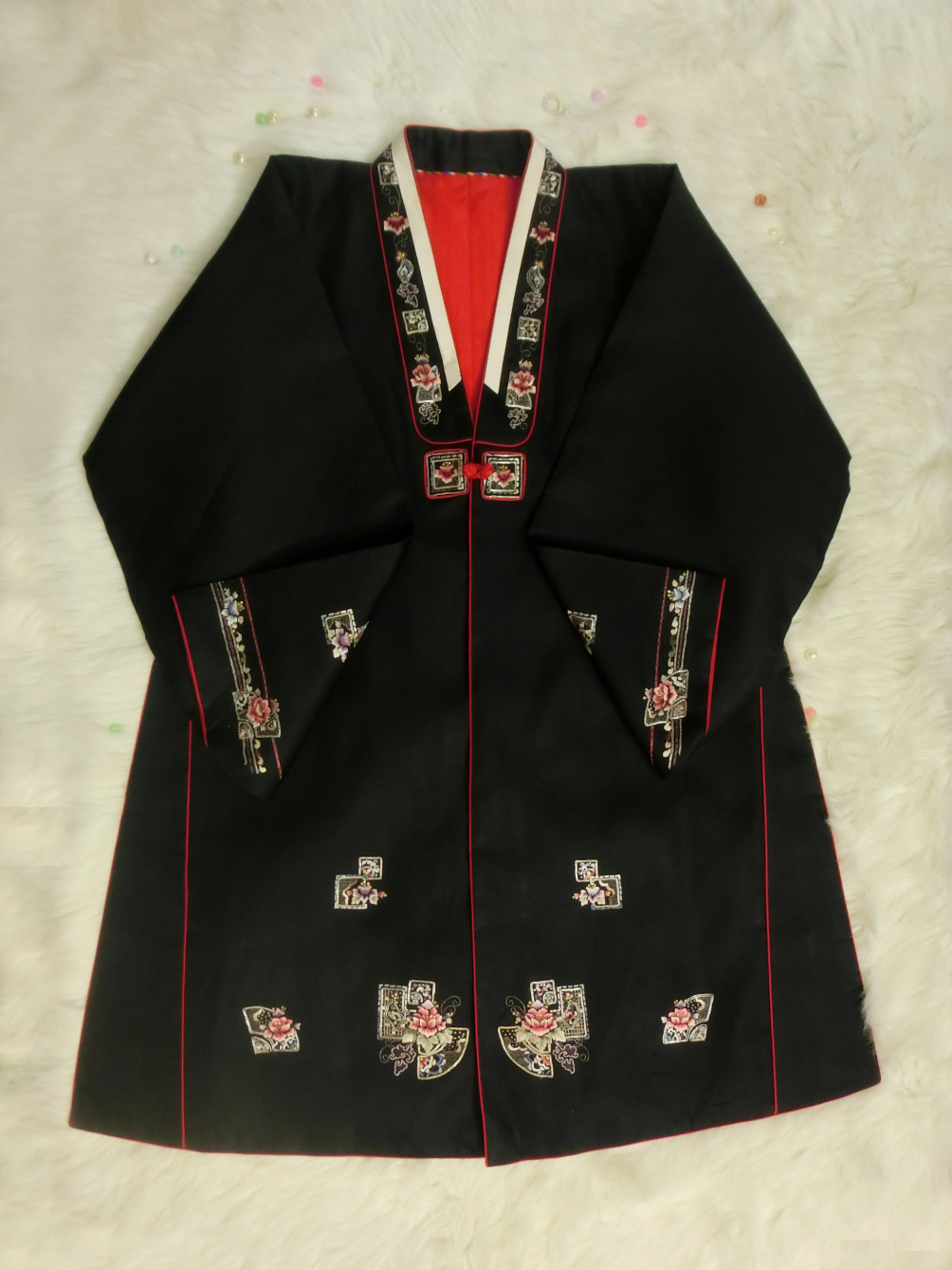 Hanbok (DURUMAGI) โค้ท สำหรับสวมทับชุดฮันบกหญิง ไหมเกาหลีสีดำ ปักมือ
