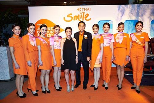 ชุดโฉมใหม่ของสายการบินไทยสมายล์ (THAI Smile Airways) ... โดยมิลินได้แรงบันดาลใจด้วยการนำอัตลักษณ์ความเป็นไทยมาผสมผสานกับแสงพระอาทิตย์ยามเย็น