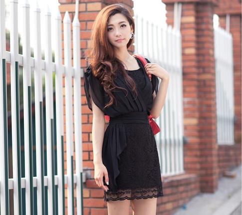 ชุดเดรสสั้นสีดำ ผ้าชีฟอง คอวี ซิปหลัง ช่วงกระโปรงเย็บผ้าลูกไม้สวยหรู