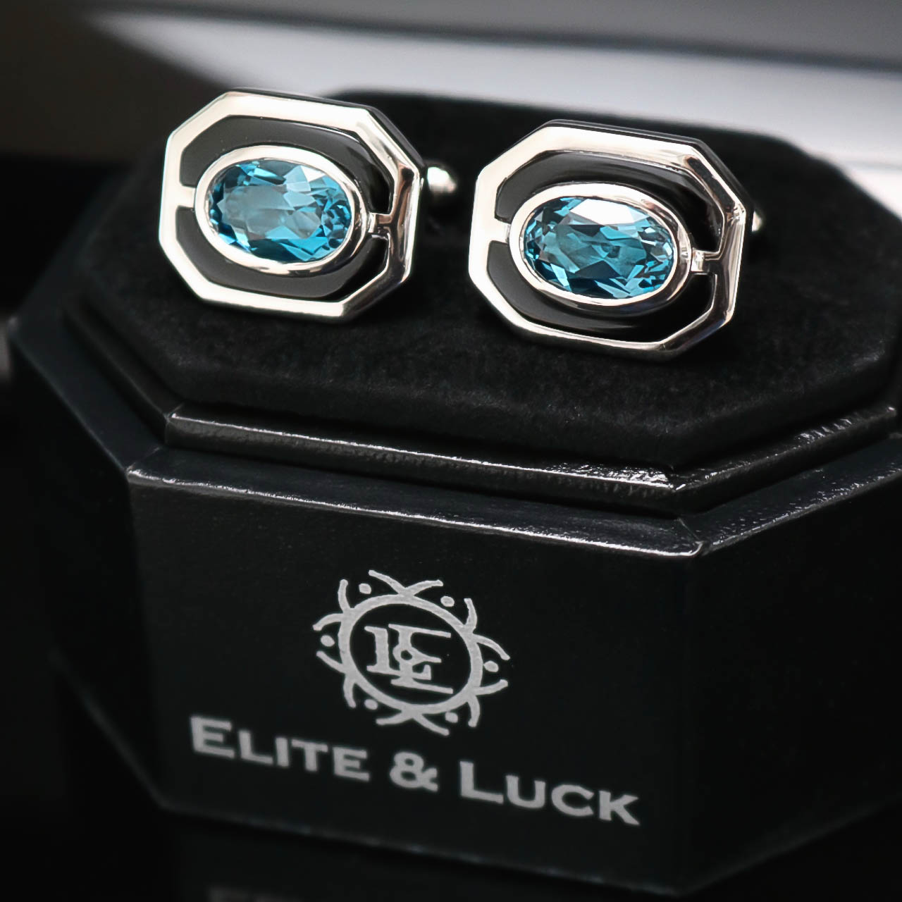 Elite & Luck แหวนและ Cufflinks ใน Luxury Lifestyle Magazine เดือนกรกฏาคม 2017.