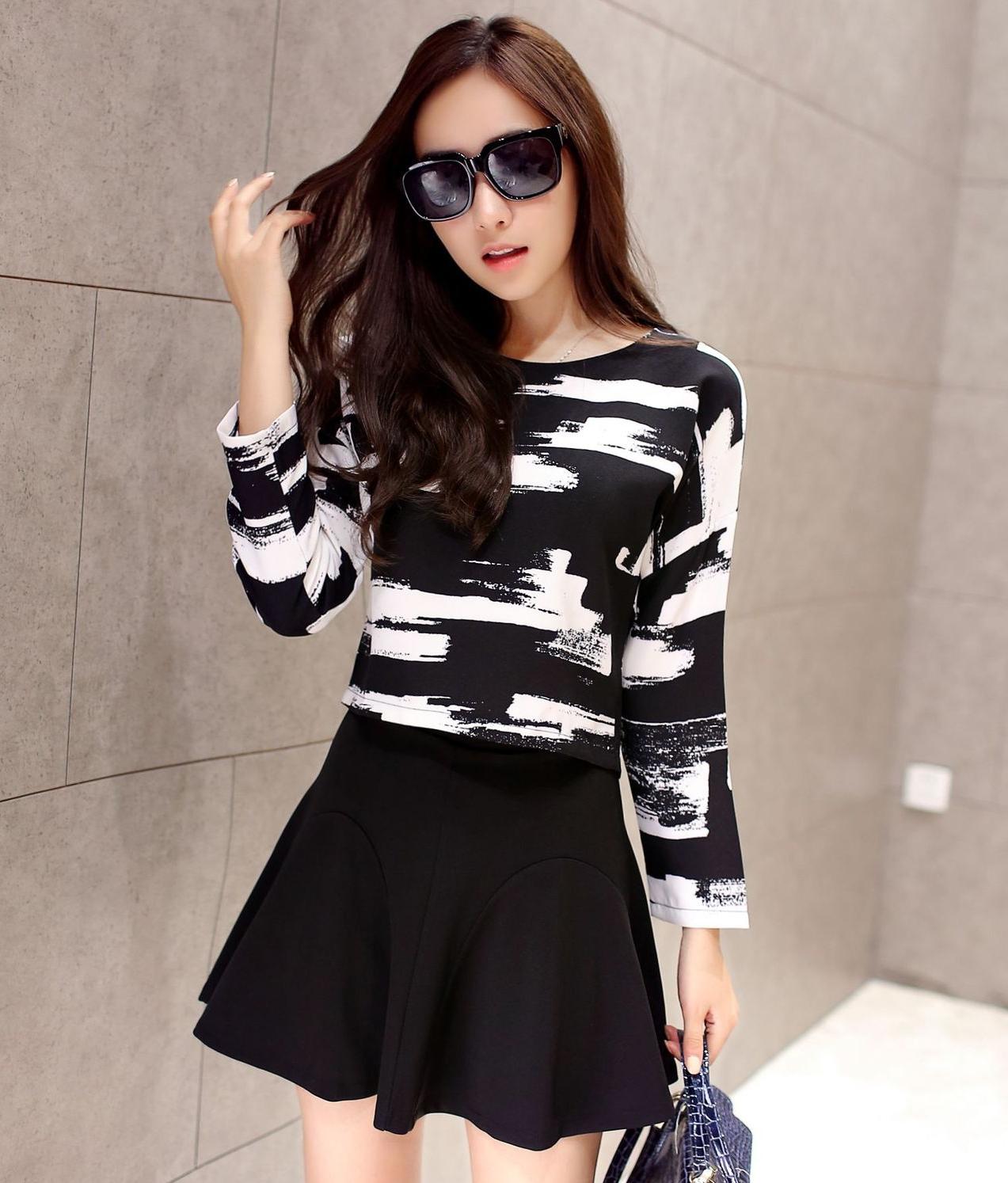 ชุดเซ็ทเสื้อ-กระโปรงโทนสีขาวดำ เสื้อครอปพิมพ์ลายแขนยาว + กระโปรงสั้นสีดำ ลุคเรียบหรู ดูดี