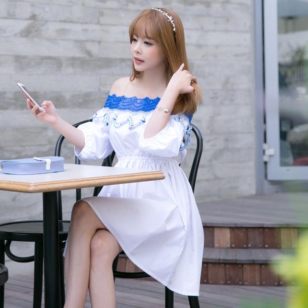 ชุดเดรสสั้นสีขาว เปิดไหล่ ปักลายสีฟ้า แขนพองๆ สวยหวานน่ารักๆสไตล์เกาลี ราคาถูก