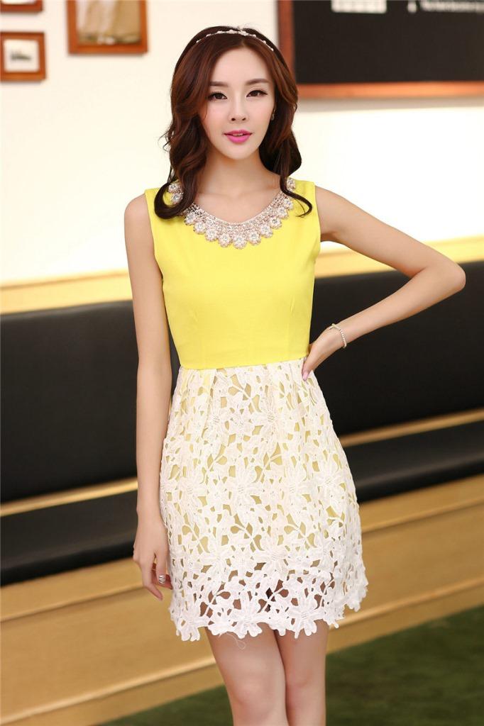 ชุดเดรสออกงานสวยๆแนวหวานสไตล์เกาหลี สีเหลือง คอกลมประดับคริสตัลสวยหรู แขนกุด เอวเข้ารูป กระโปรงผ้าลูกไม้สีขาว ซับในทั้งตัว ซิปหลัง ไซส์ M