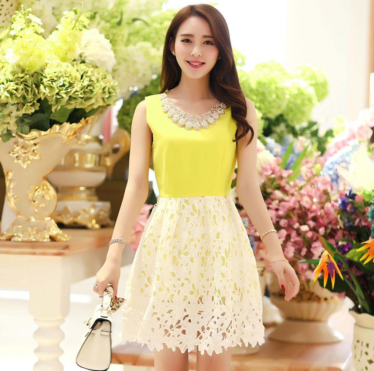 ชุดเดรสสั้นสีเหลือง คอเสื้อประดับคริสตรัลสวยๆ
