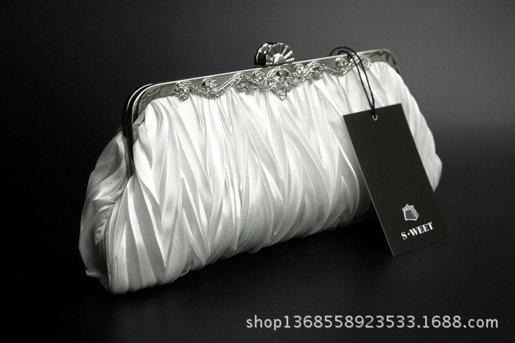กระเป๋าถือออกงานสีขาว ทรงรี จับจีบ