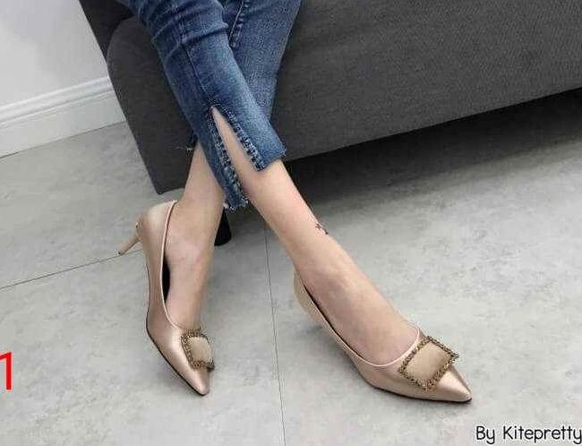 รองเท้าคัทชู ส้นเตี้ย แต่งอะไหล่สวยหรู ทรงสวย หนังนิ่ม งานสวย ส้นสูงประมาณ 2.5 น้ิ้ว ใส่สบาย แมทสวยได้ทุกชุด (K9352)
