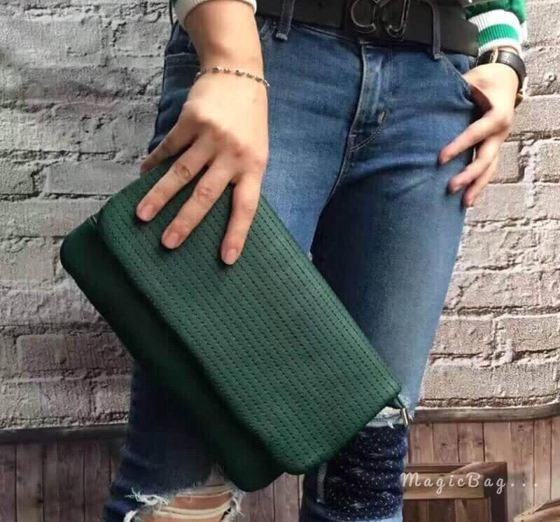 กระเป๋าแฟชั่น คลัทช์ ดีไซน์เรียบเก๋ หนัง PU อย่างดี เดินเส้นด้านหน้า ฝากระเป๋าล็อกแม่เหล็ก ปากกระเป๋าด้านในซิป 2 ชั้น ช่องเล็กใหญ่ใช้ สะดวก มีสายคล้องมือและสายยาวสะพายข้าง ใช้ออกงานดินเนอร์ หรือ ปาตี้ก็เก๋ Size 0.5 x 11 x 6 นิ้ว มี 5 สี ดำ กากี แดง เทา เข