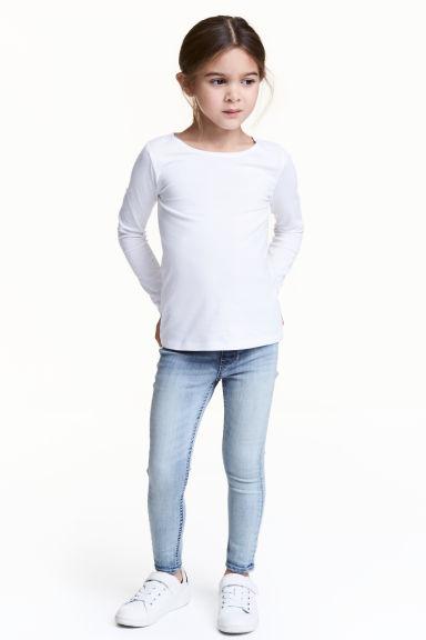 H&M : กางเกงยีนส์ skinny สียีนส์อ่อน size : 5-6y