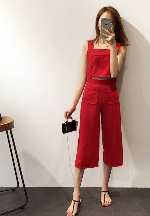 ชุด 2 ชิ้น ผ้าpoly ester เสื้อสายเดียว + กางเกง4ส่วน สม๊อคหลัง ซิบข้าง สีแดง