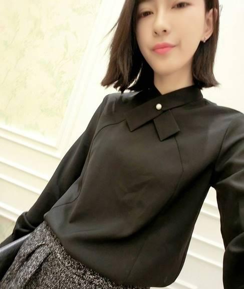 เสื้อแฟชั่น คอปีนแต่งมุก แขนยาว ผ้าPolyester สีดำ