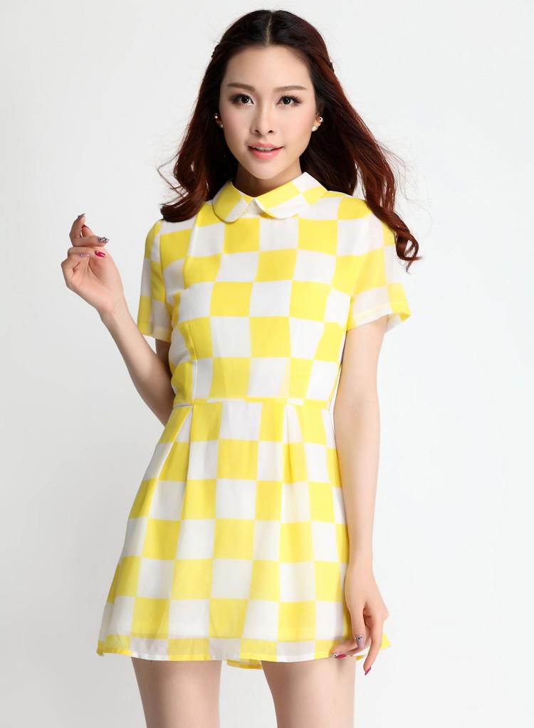 ชุดเดรสสั้นสีเหลืองขาวพิมพ์ลายตาราง ผ้าชีฟองซับใน คอปก แขนสั้น เอวเข้ารูป กระโปรงสั้น ซิปหลัง