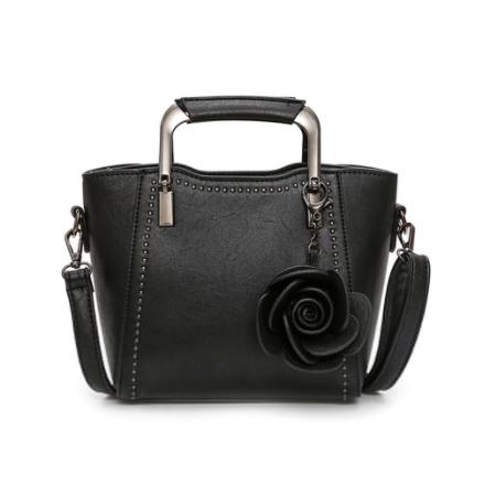 กระเป๋าถือ/สะพายข้างสีดำ ทรงสี่เหลี่ยมคางหมู + พวงกุญแจดอกไม้น่ารักๆ