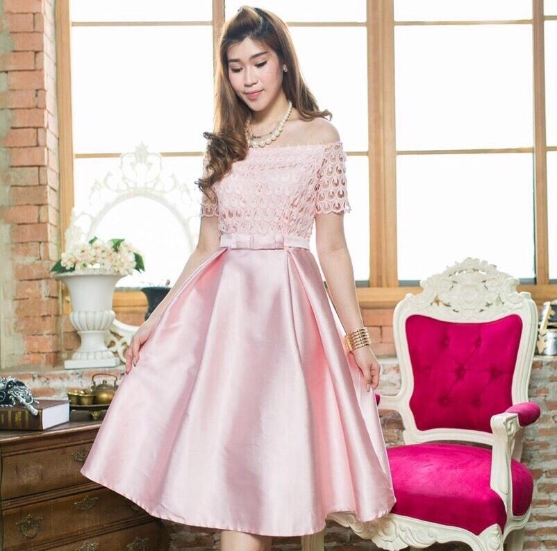ชุดเดรสออกงาน/ชุดไปงานแต่งงานสีชมพู เปิดไหล่ ผ้าลูกไม้ กระโปรงผ้าไหม แนวสวยหวาน เรียบหรู ดูดี