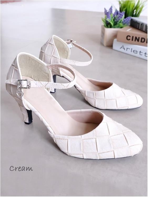 รองเท้าส้นสูงรัดส้น ตะขอเกี่ยว หนังลายตาราง (สีขาว)