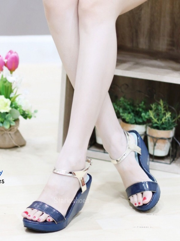 รองเท้าส้นเตารีดแบบรัดข้อ แต่งสายรัดสีทอง (สีน้ำเงิน )