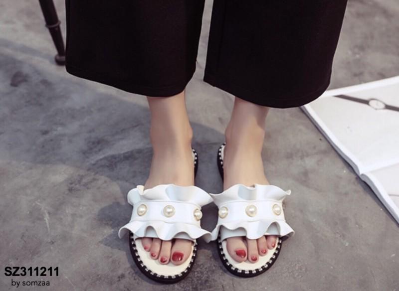 รองเท้าแตะผู้หญิงสีขาวแบบสวม แต่งหนังระบายมุ้งมิ้ง (สีขาว )