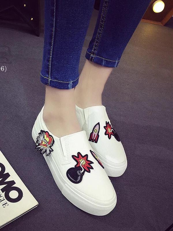 รองเท้าผ้าใบสไตล์ลำลอง ทรงสวม (สีขาว)