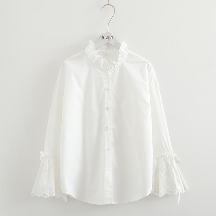 เสื้อเชิ้ตสีขาวแต่งคอเสื้อ แขนยาวฉลุลายลูกไม้