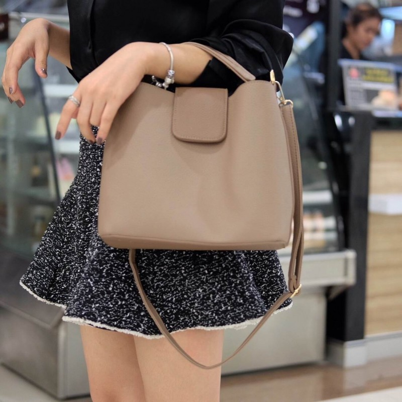 กระเป๋าสะพายแฟชั่น กระเป๋าสะพายข้างผู้หญิง หนังPU ทรงตัวยู [สีกาแฟ ]