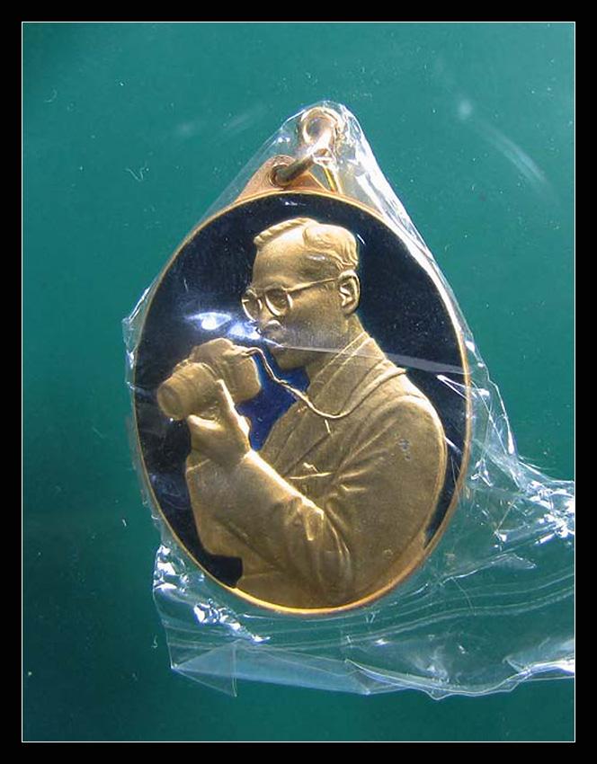 เหรียญเข็มกลัด ในหลวงทรงฉายภาพ(ทรงกล้อง)ลงยาสีน้ำเงิน กะไหล่ทองฉลอง 6 รอบ 72 พรรษา 5 ธันวาคม 2542 พร้อมกล่องเดิมๆซองเดิมๆสวยแท้หายาก