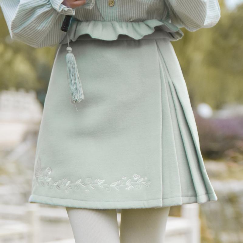 Pre-Order กระโปรงสั้นเอวแต่งระบาย ปักลายเถาวัลย์ ผ้าWool สีเขียวอ่อน