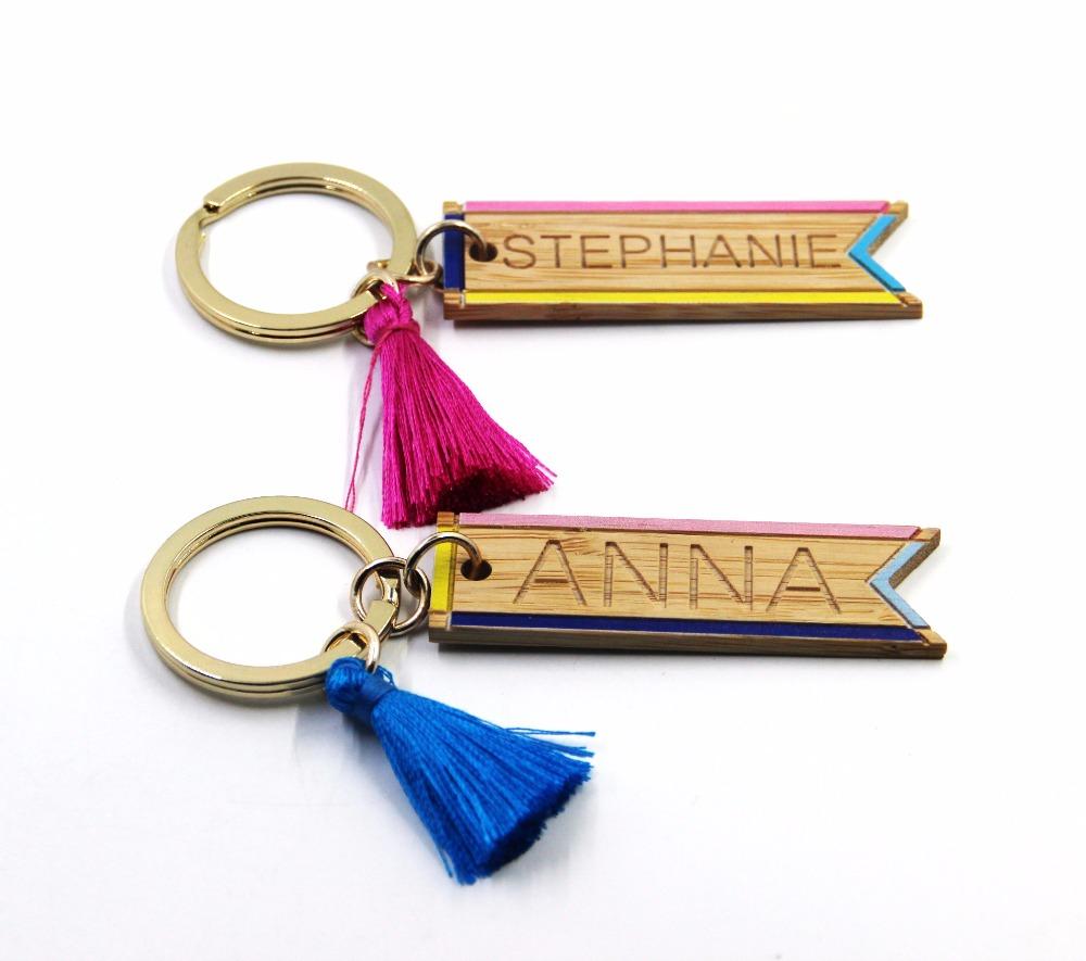 พวงกุญแจไม้สีสลักชื่อ