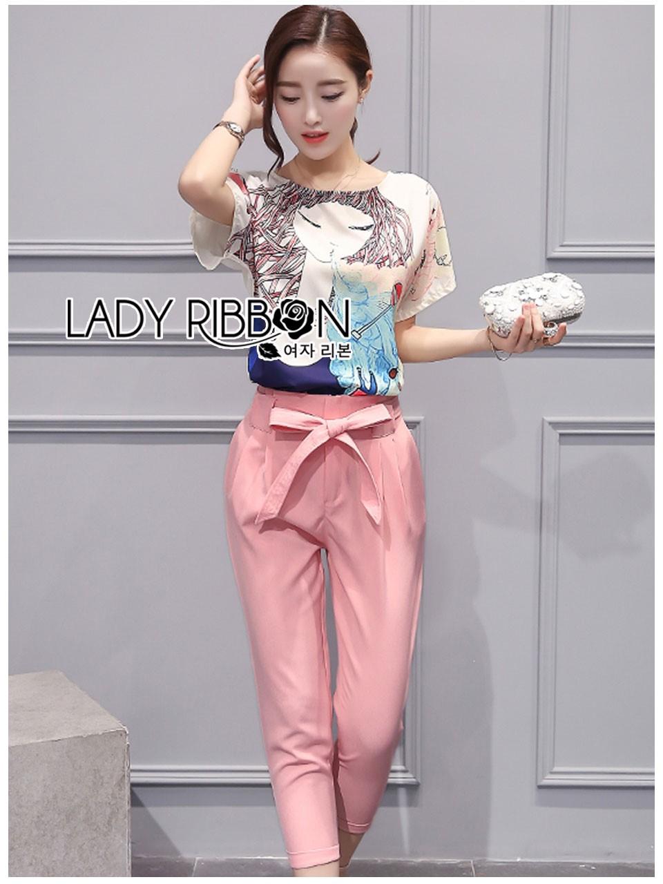 เซ็ตเสื้อโพลีเอสเตอร์พิมพ์ลายภาพวาดและกางเกงขายาวสีชมพูผูกโบว์ ตัวเสื้อเป็นแขนสั้นคอกลม ด้านหน้าพิมพ์ลายภาพวาดอิลลัสเตรชั่นรูปผู้หญิง ด้านหลังเป็นสีขาวเรียบ ที่เอวด้านหลังกางเกงเป็นยางยืด ผูกโบที่เอว