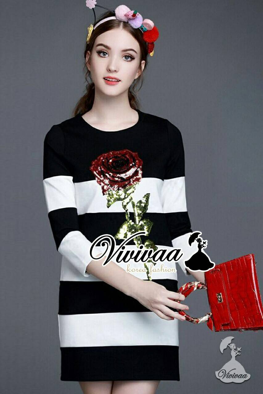 "Vivivaa recommend ""Stripe rosy girly dress"" Fabric : เนื้อผ้ายืดเนื้อสวยอย่างดี Detail : เก๋ๆ ใส่ง่ายด้วยทรงเดรสเข้ารูปแบบลำลองแขนสามส่วน เก๋ๆ ด้วยงานพิมพ์ลายริ้ว เติมความสวยด้วยงานเ็บประดับด้วยเลื่อมประดับเป็นลายดอกกุหลาบสไตล์ DG เลื่อมดูวิงค์ๆ"
