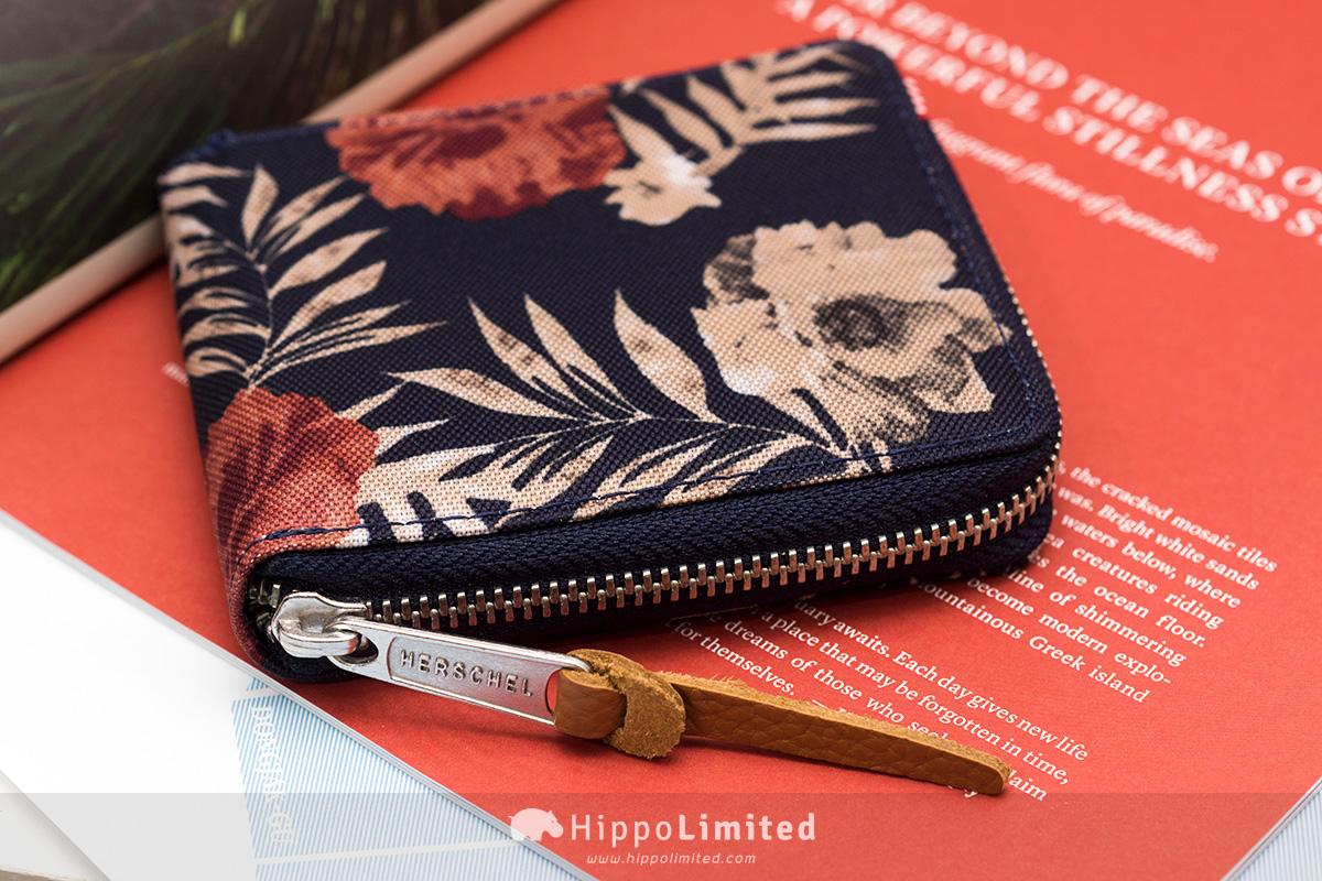 กระเป๋าสตางค์แบบซิปรอบ Herschel Walt Wallet - Peacoat Floria ซิปสีเงินตัวจับช่วยดึงหนังแท้
