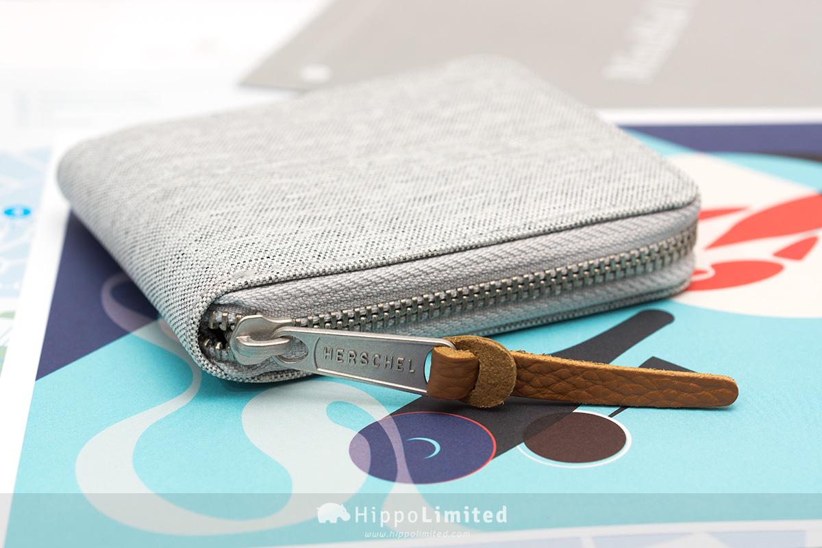 กระเป๋าสตางค์แบบซิปรอบ Herschel Walt Wallet - Light Grey Crosshatch ซิปสีเงินตัวช่วยดึงหนังแท้