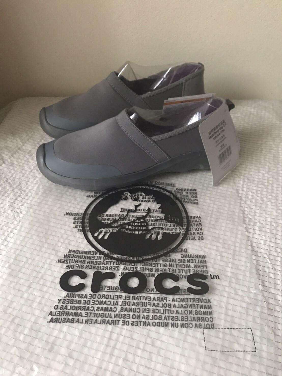 รองเท้า Crocs Duet Busy Day 2.0 Satya A,line สีเทาดำ ราคา 1,290 บาท free ems