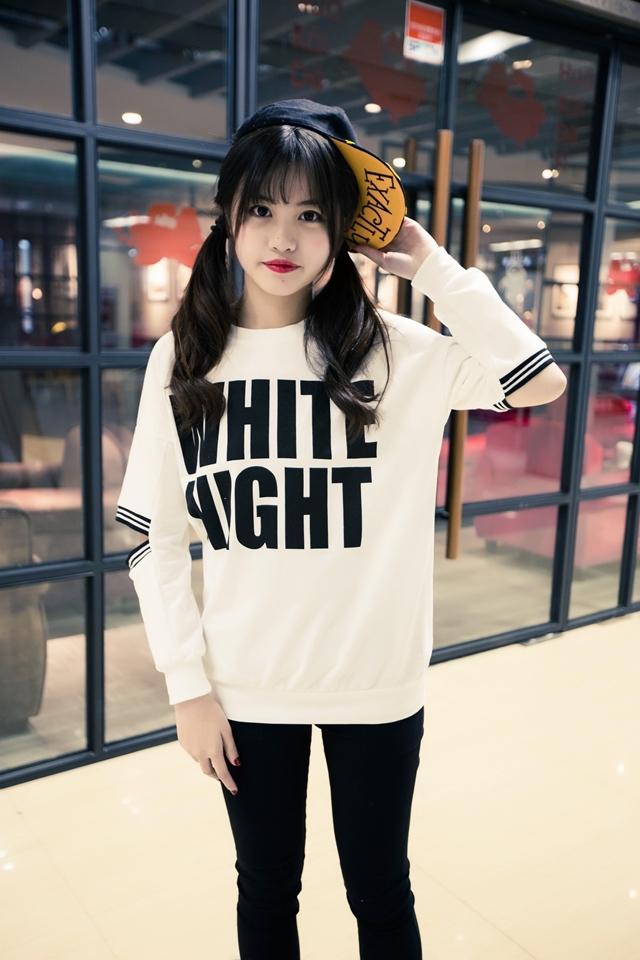 เสื้อแฟชั่นแต่งขาดศอก สุดชิค พิมพ์ลายอักษร สีขาว