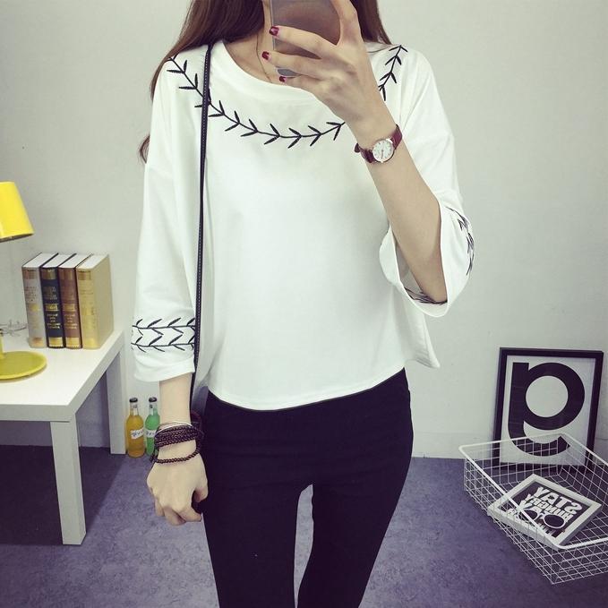 เสื้อครอปแฟชั่นแขน 4 ส่วน แต่งลายปัก สไตล์เกาหลี สีขาว