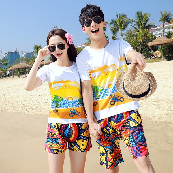 เสื้อคู่รัก ชุดคู่รักเที่ยวทะเลชาย +หญิง เสื้อยืดสีขาวลายคู่รักขับรถเที่ยวชายหาด กางเกงขาสั้นลายพระอาทิตย์โทนสีส้ม +พร้อมส่ง+