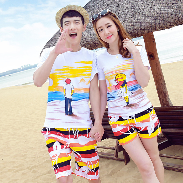 เสื้อคู่รัก ชุดคู่รักเที่ยวทะเลชาย +หญิง เสื้อยืดสีขาวลายคนยืนดูท้องฟ้า กางเกงขาสั้นลายแถบสี +พร้อมส่ง+