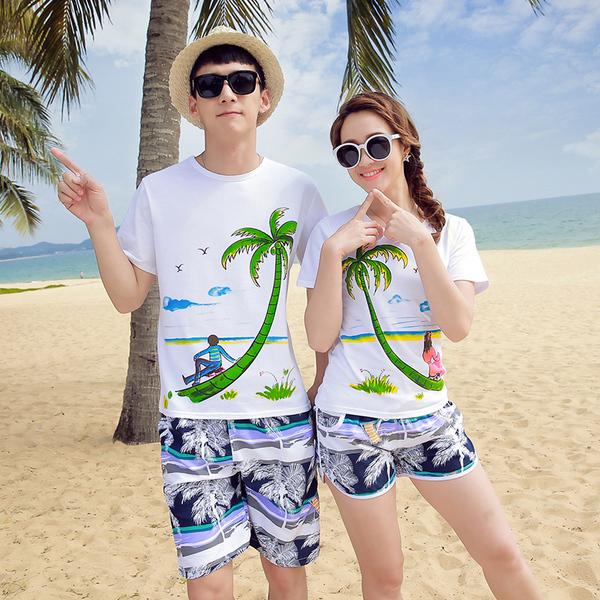 เสื้อคู่รัก ชุดคู่รักเที่ยวทะเลชาย +หญิง เสื้อยืดสีขาวคนนั่งใต้ต้นมะพร้าว กางเกงขาสั้นโทนสีกรมม่วง +พร้อมส่ง+
