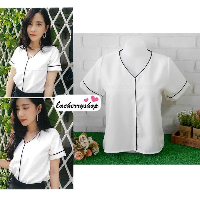 เสื้อผ้าแฟชั่นสวยๆ เสื้อทำงาน สีขาว ผ้าฮานาโกะ คอวี กุ้นขอบสีดำตัดกัน แบบสวย ดีไซน์เก๋ๆ สินค้าคุณภาพดี