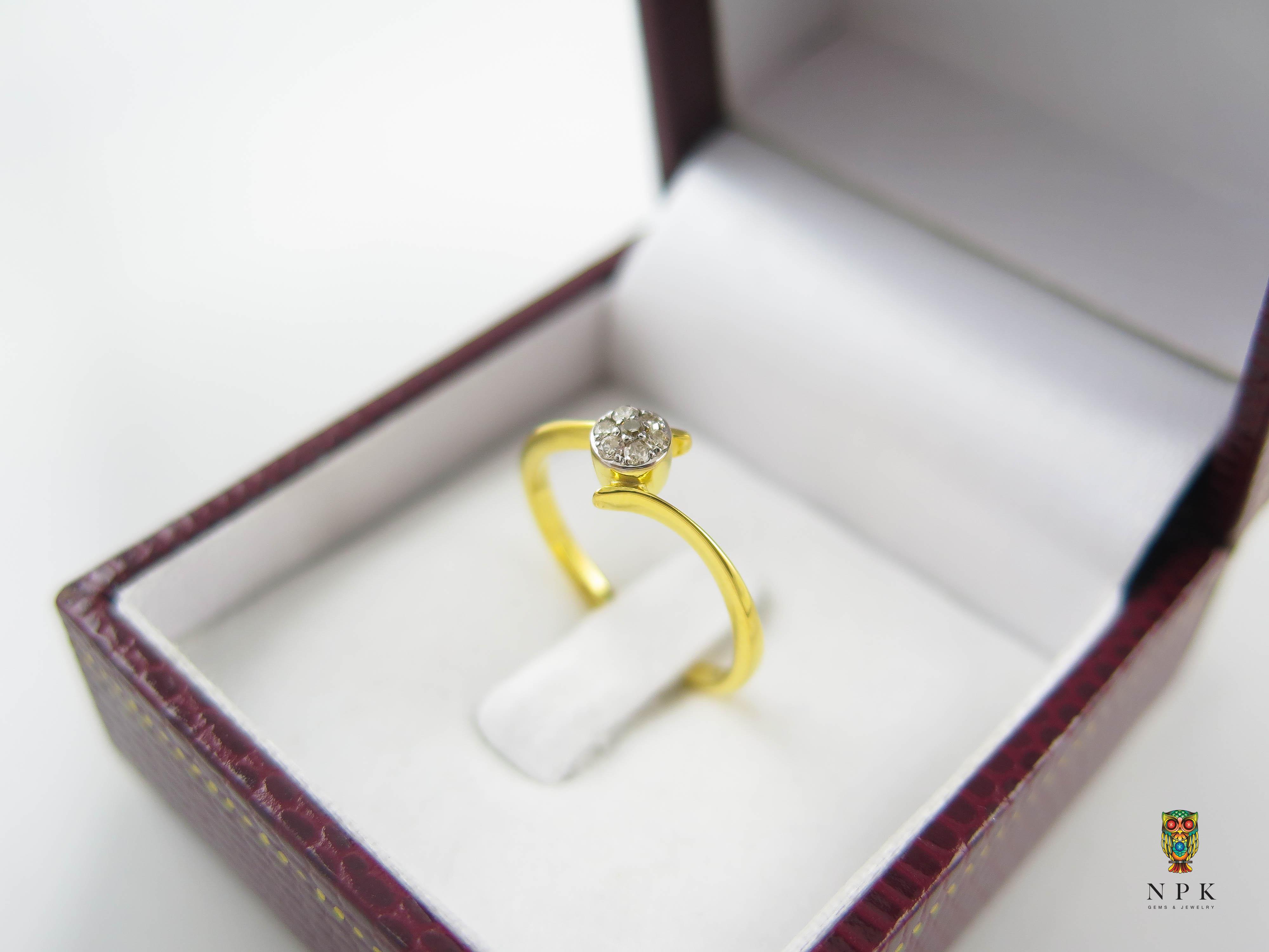 แหวนเพชรกลมประดับเพชรเม็ดเล็กๆ